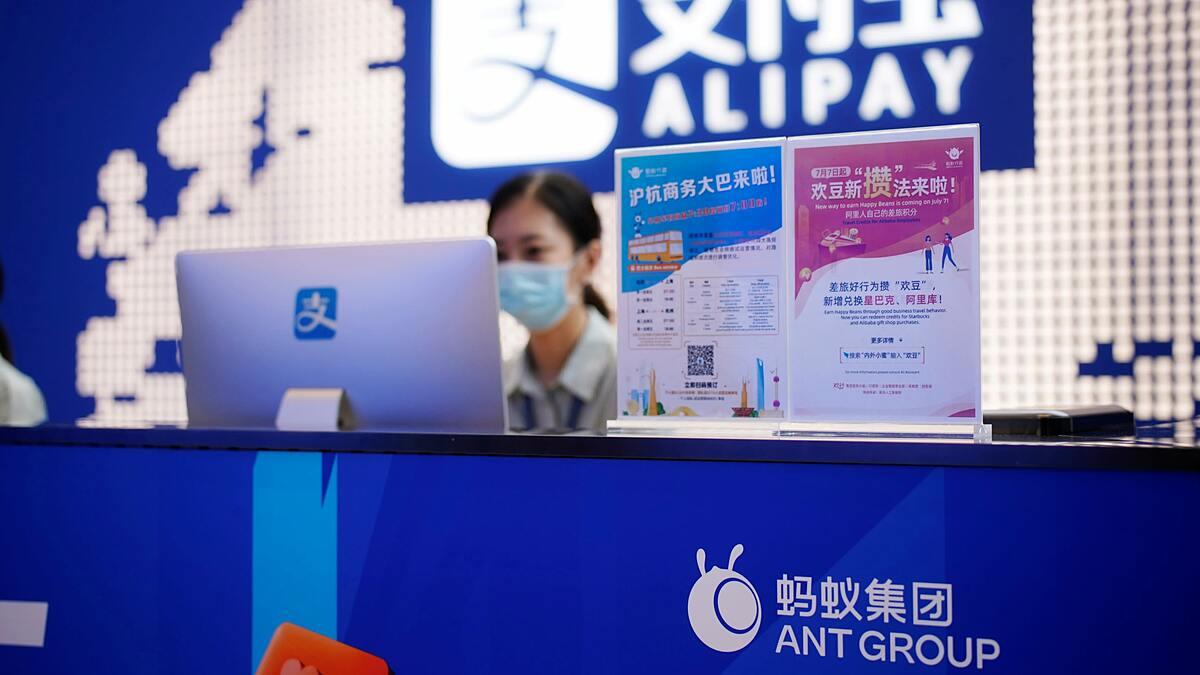 Ứng dụng Alipay của Ant Group hiện nắm nửa thị phần thanh toán di động tại Trung Quốc. Ảnh: Reuters
