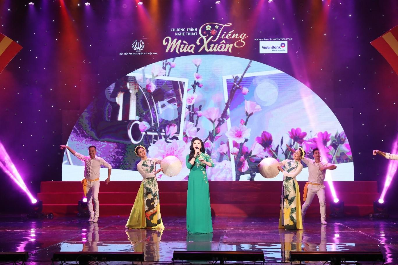 Ca khúc Mùa xuân nho nhỏ dưới sự thể hiện của ca sỹ Tân Nhàn.