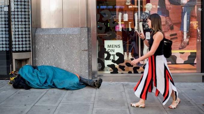 Một người vô gia cư ngủ trên đường phố tại Mỹ. Ảnh: FT.