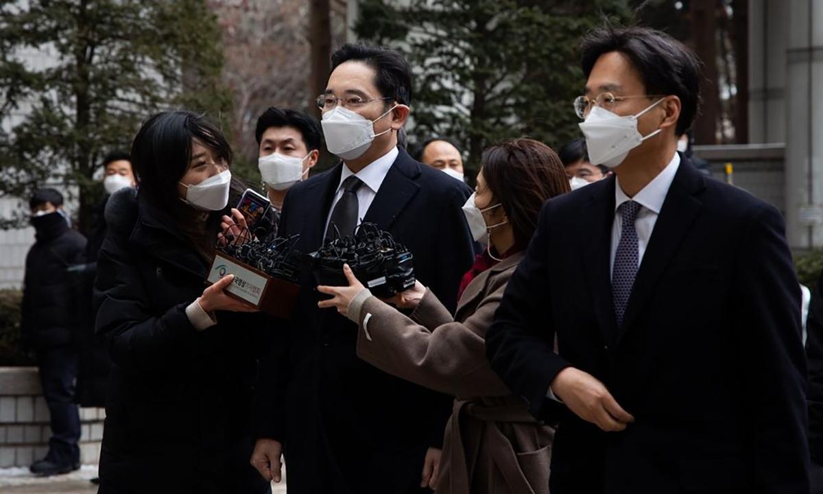 Jay Y. Lee trước khi bước vào phiên tòa tại Seoul hôm 18/1. Ảnh: Bloomberg
