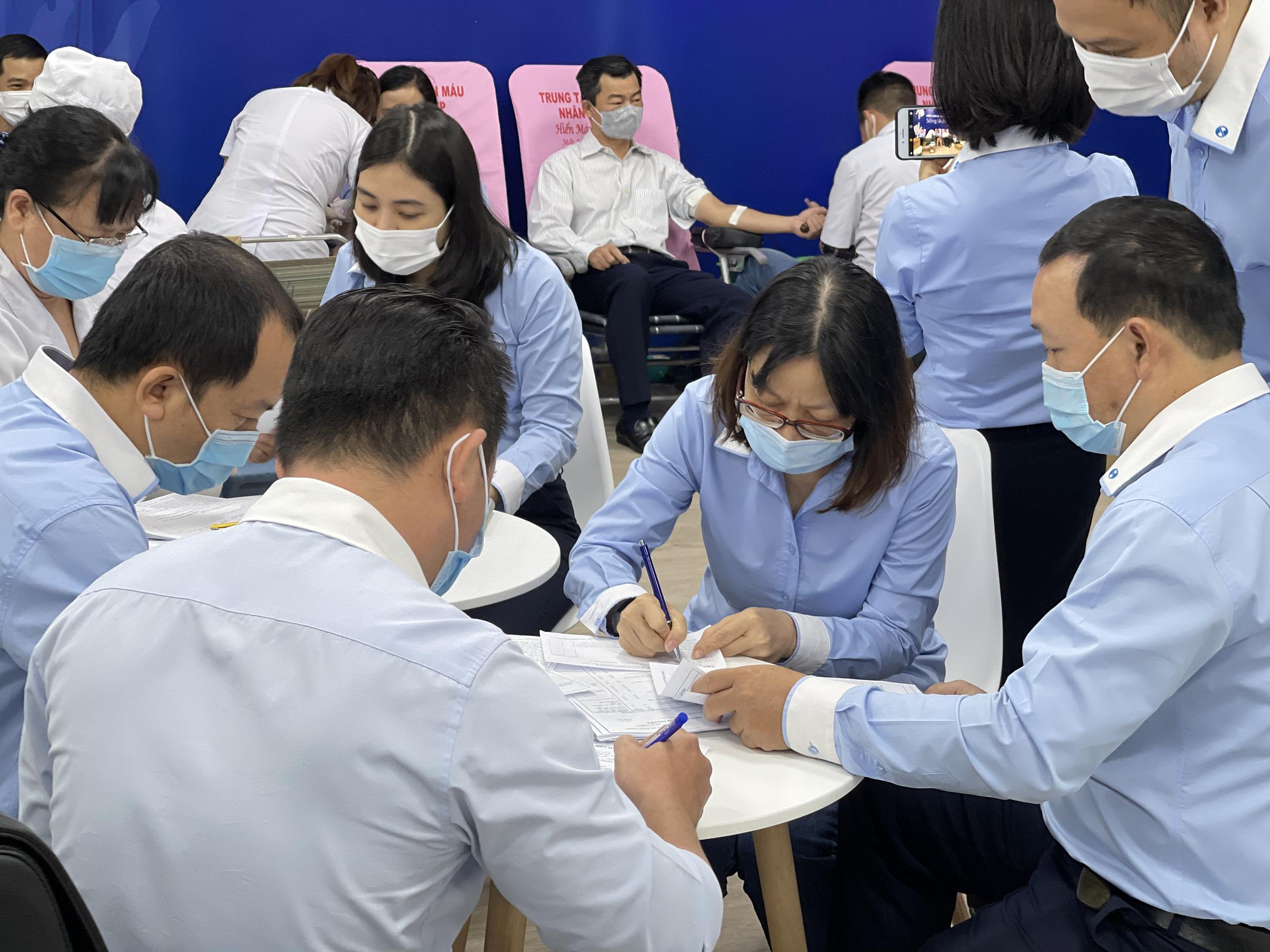 Đông đảo cán bộ nhân viên Eximbank có mặt từ sớm tại TP HCM đến tham gia ghi danh hiến máu. Ảnh: Eximbank.
