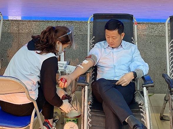 Sự tham gia của ông Nguyễn Cảnh Vinh - Quyền Tổng giám đốc Eximbank đã truyền cảm hứng cho các cán bộ nhân viên cùng hiến máu. Ảnh: Eximbank.