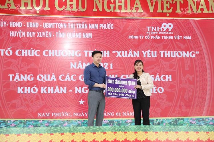 Ông Phạm Hữu Hải - Phó Tổng Giám đốc Công ty CP TNH99 Việt Nam trao quà tặng tổng trị giá 300 triệu đồng cho đại diện thị trấn Nam Phước.