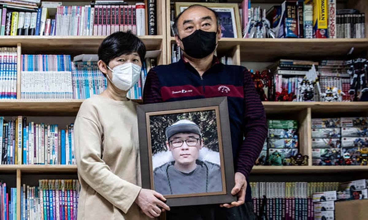 Bà Park Mi-suk và ông Jang Gwang cầm di ảnh của con trai. Ảnh: Nikkei