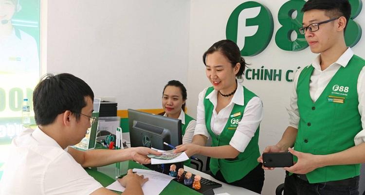 Nhân viên F88 hướng dẫn người dùng đăng ký dịch vụ.