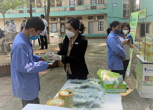 Bà Nguyễn Thị Hà - Tổng giám đốc VitaDairy trực tiếp cùng các nhân viên vào vùng tâm dịch Vĩnh Phúc trao hàng hàng triệu gói sữa non.