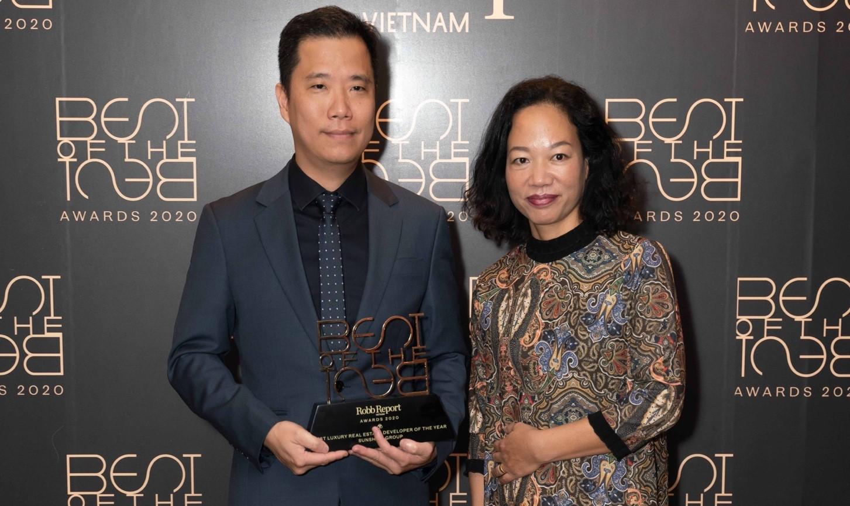Ông Trần Anh Quân - Phó tổng giám đốc Sunshine Group, nhận giải Nhà phát triển bất động sản cao cấp tốt nhất của năm (Best Luxury Real Estate Developer of the Year). Ảnh: Robb Report.