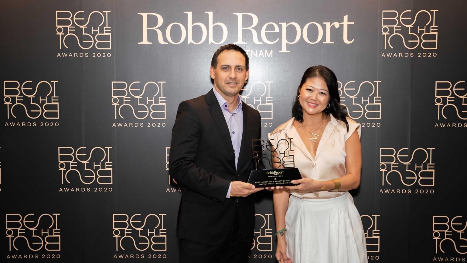 Ông Adam Calver - Giám đốc Golf của Laguna Golf Lăng Cô, nhận giải Khu nghỉ dưỡng sân gôn cao cấp tốt nhất của năm (Best Luxury Golf Resort of the Year). Ảnh: Robb Report.