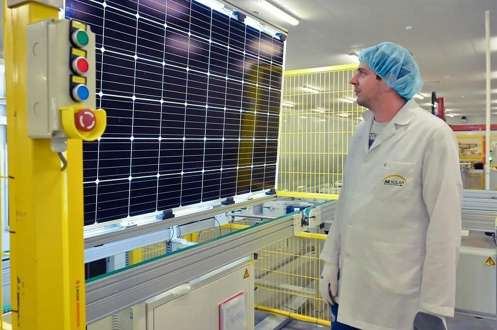 Các tấm môđun PV được AE Solar sản xuất tự động trên dây chuyền công nghệ cao. Ảnh: AE Solar.