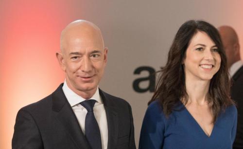 Ông chủ Amazon - Jeff Bezos và vợ - MacKenzie Bezos. Ảnh: DPA