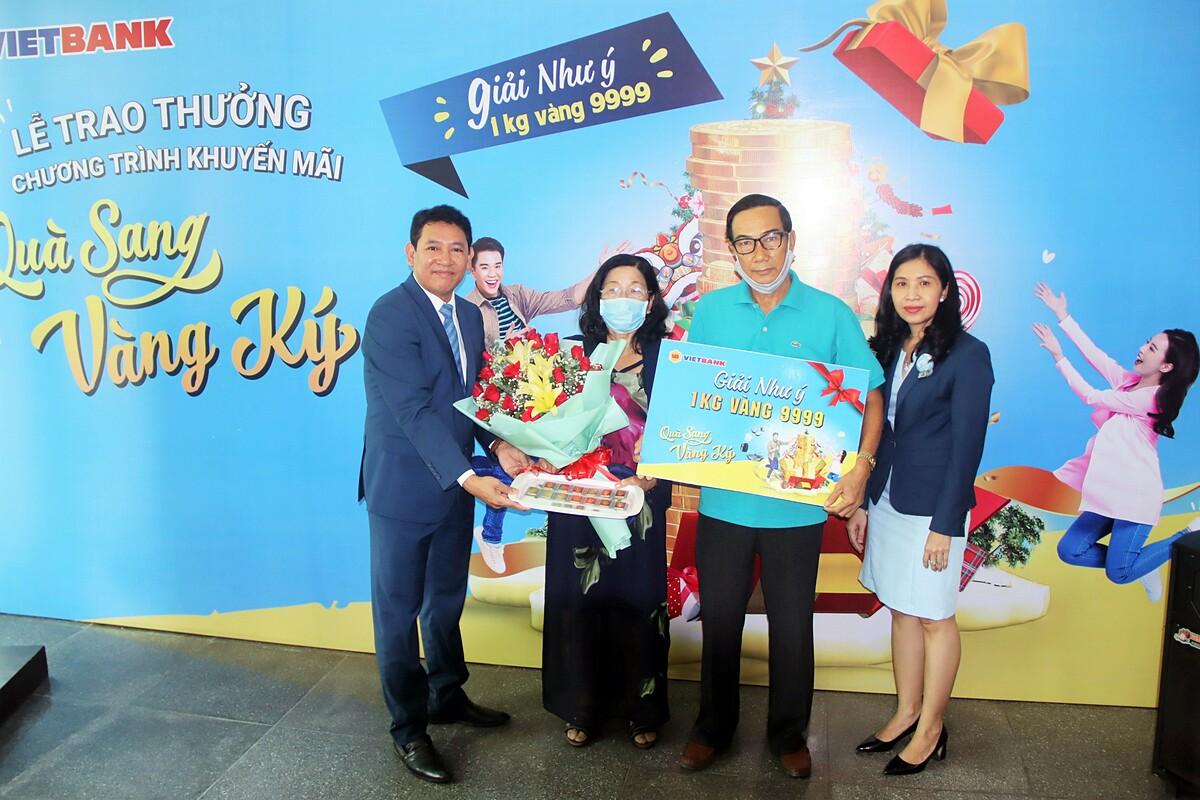 Đại diện Vietbank trao giải thưởng cho khách hàng Thái Thị Kim Tâm. Khách hàng liên hệ Hotline 18001122 hoặc truy cập website để biết thêm thông tin chương trình. Ảnh: Vietbank.
