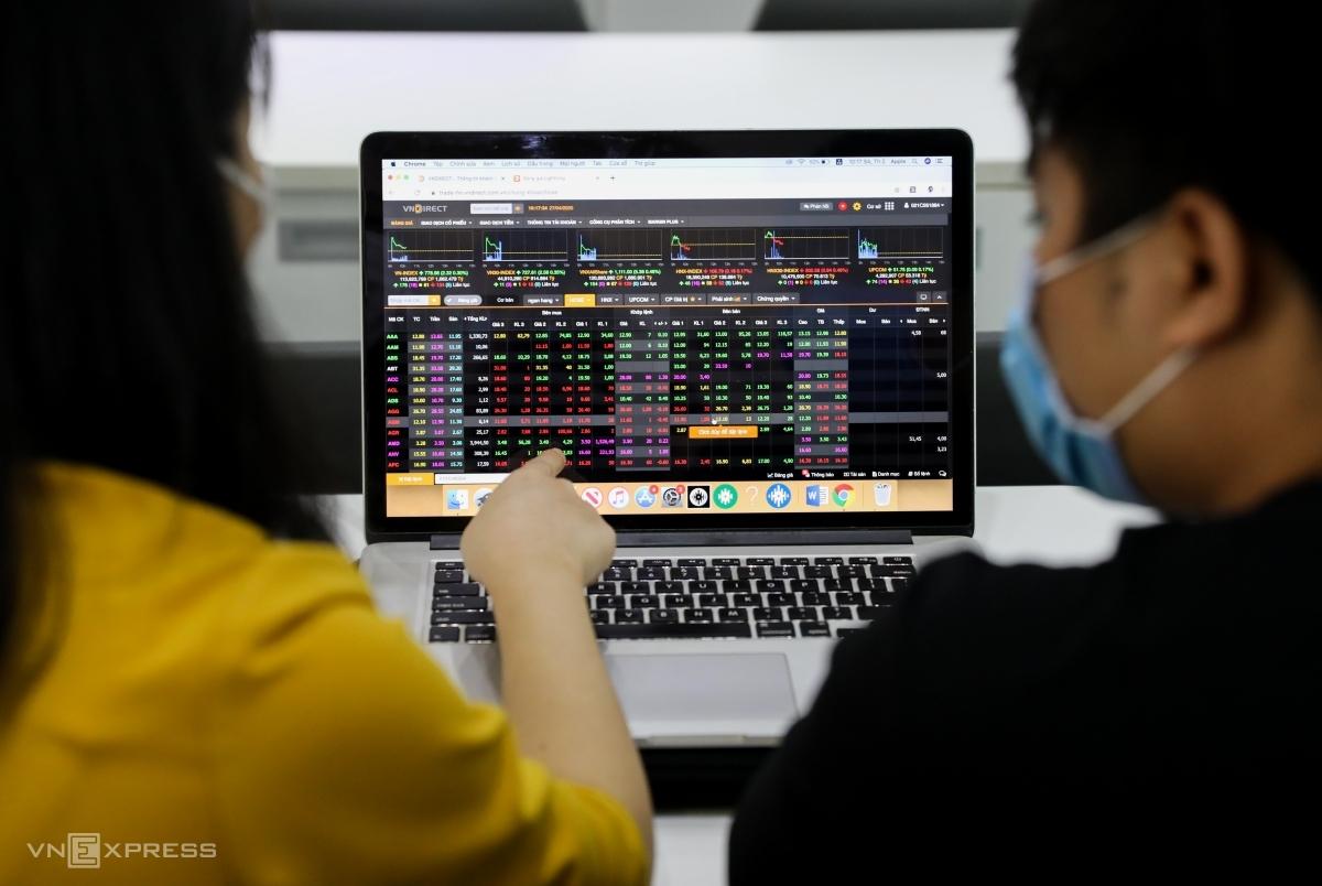 Nhà đầu tư theo dõi bảng giá tại một sàn chứng khoán ở TP HCM. Ảnh: Quỳnh Trần.