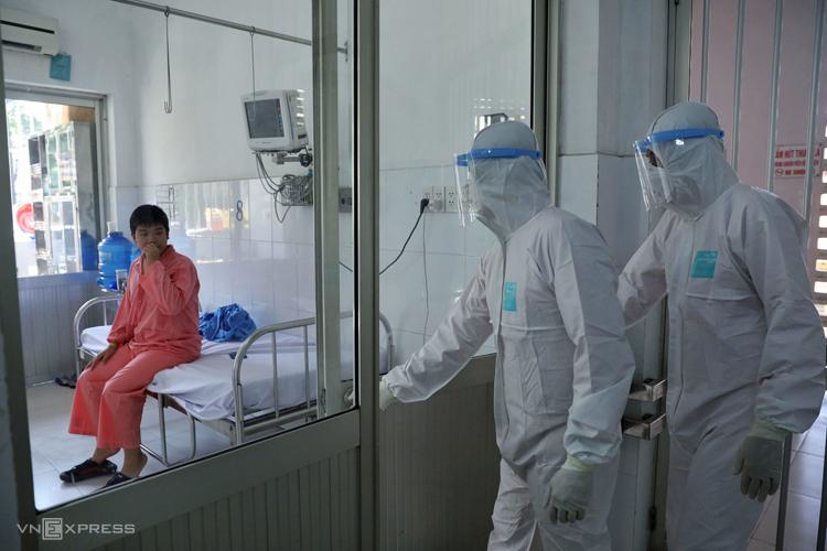 Bệnh nhân nhiễm nCoV trong khu điều trị Bệnh viện Chợ Rẫy. Ảnh: Hữu Khoa
