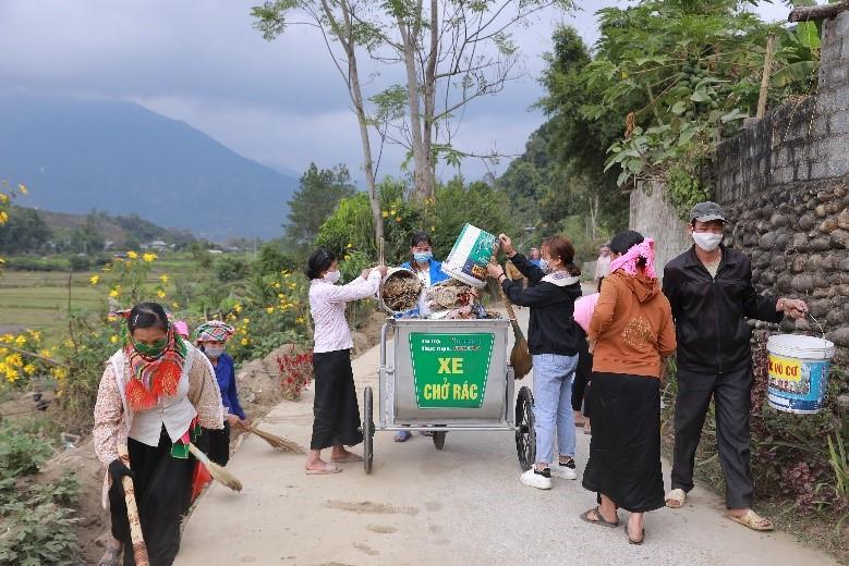 Thu gom, phân loại rác thải, vỏ chai thuốc bảo vệ thực vật là góp phần bảo tồn nguồn nước tại nơi sinh sống. Ảnh: Heineken Việt Nam.
