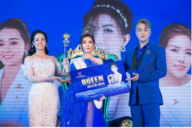 Tại sự kiện, Nhật Kim Anh trao giải Queen Seller 2020 cho nhà phân phối Bình Tân - Phan Khánh Nhi.