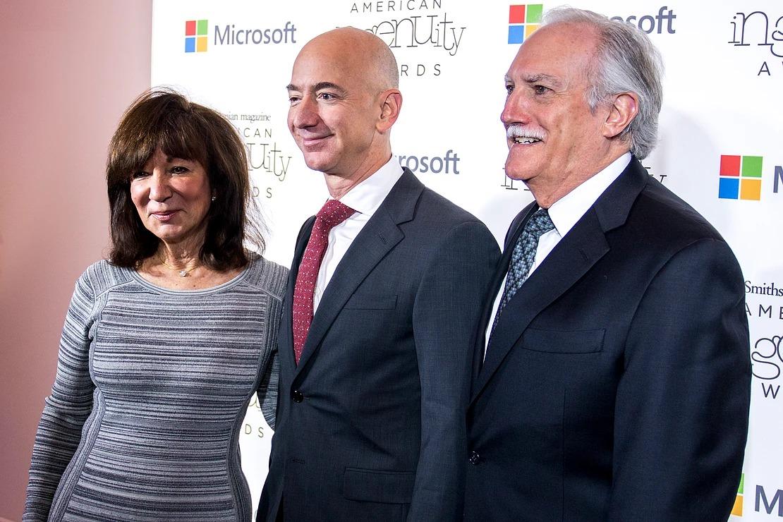 Jeff Bezos cùng mẹ và cha dượng. Ảnh: Brendan Kownacki