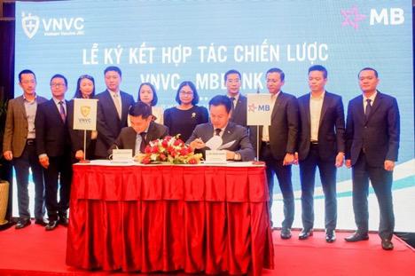 Đại diện MB ký kết hợp tác cùng VNVC. Ảnh: MB