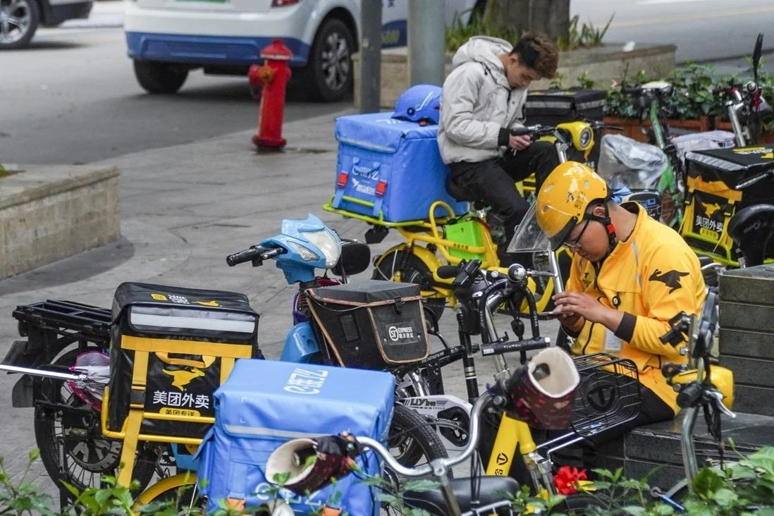 [Các tài xế giao đồ ăn trực tuyến tại Trung Quốc. Ảnh: SCMP.