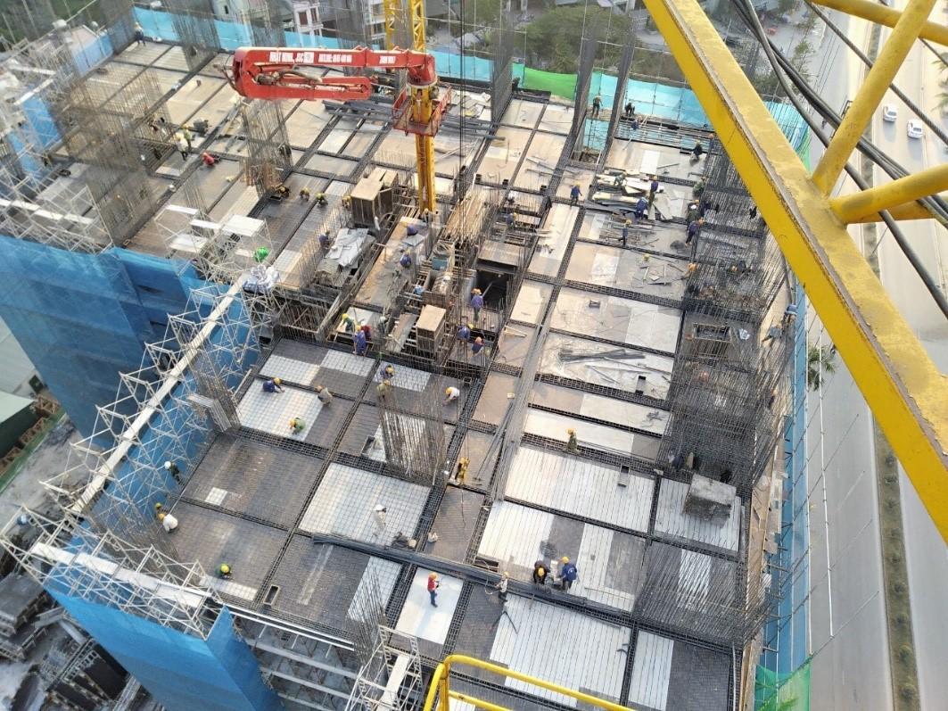 Dự án đã xây dựng tới tầng 13, hệ thống thoát nước, cấp nước đường nội bộ cũng đang được thi công hoàn thiện. Ảnh: Công ty CP Đầu tư và Phát triển Nhà số 6 Hạ Long.