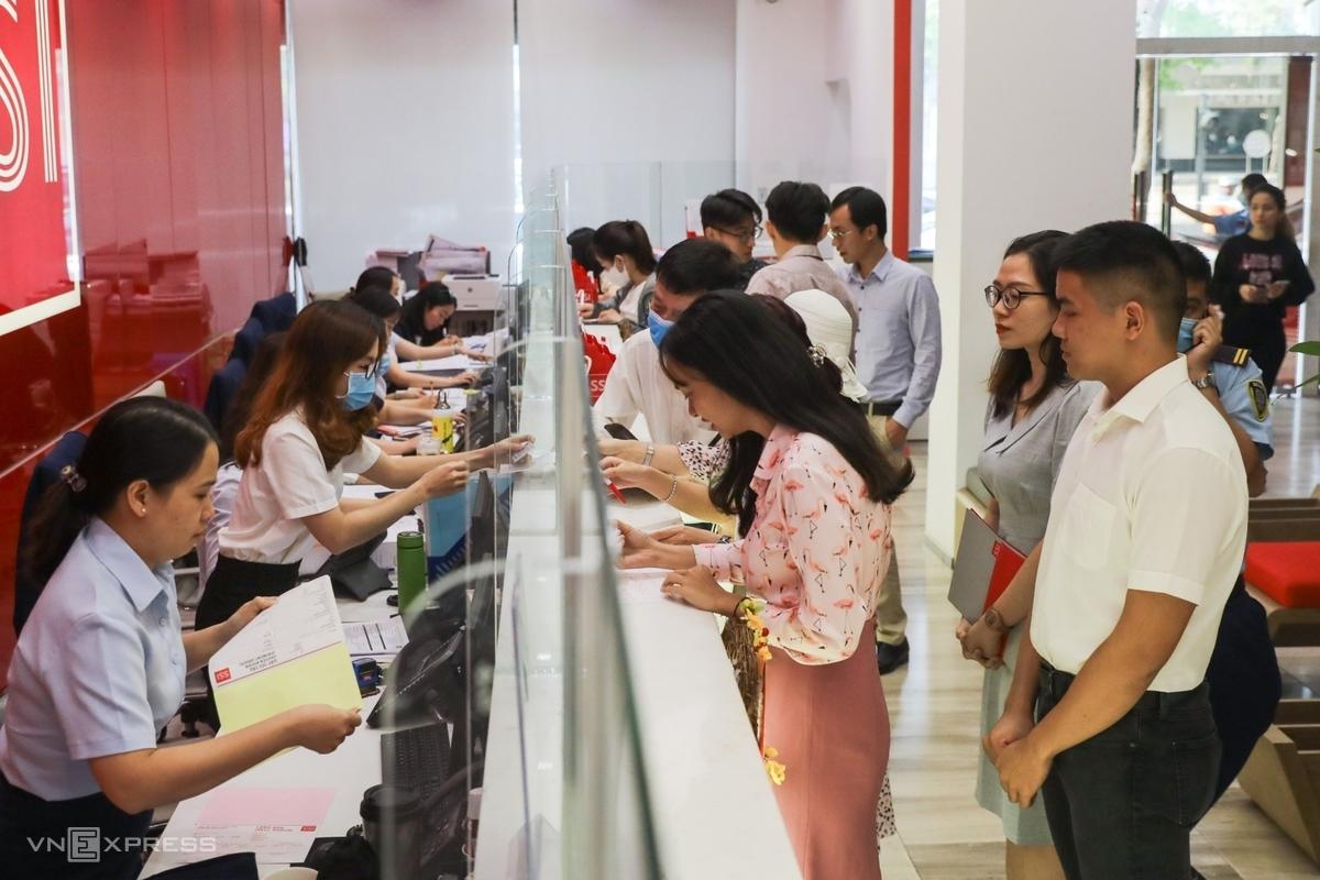Nhà đầu tư chứng khoán xếp hàng mở tài khoản tại công ty SSI. Ảnh: Quỳnh Trần.