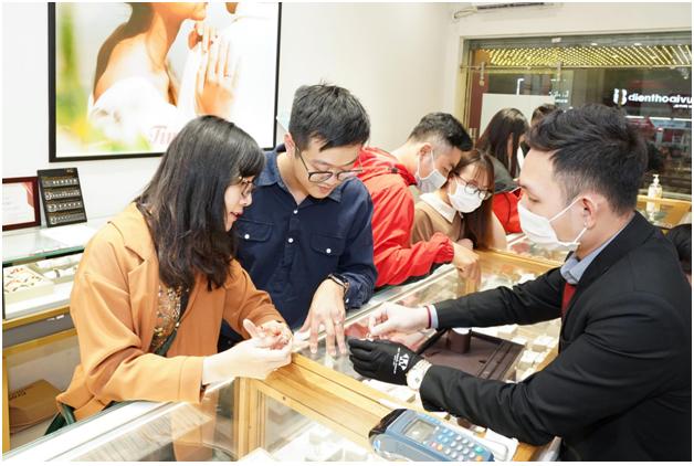 Lựa chọn một địa điểm hỗ trợ mua hàng trực tuyến giúp khách hàng rước vía Thần Tài an toàn và thuận lợi.