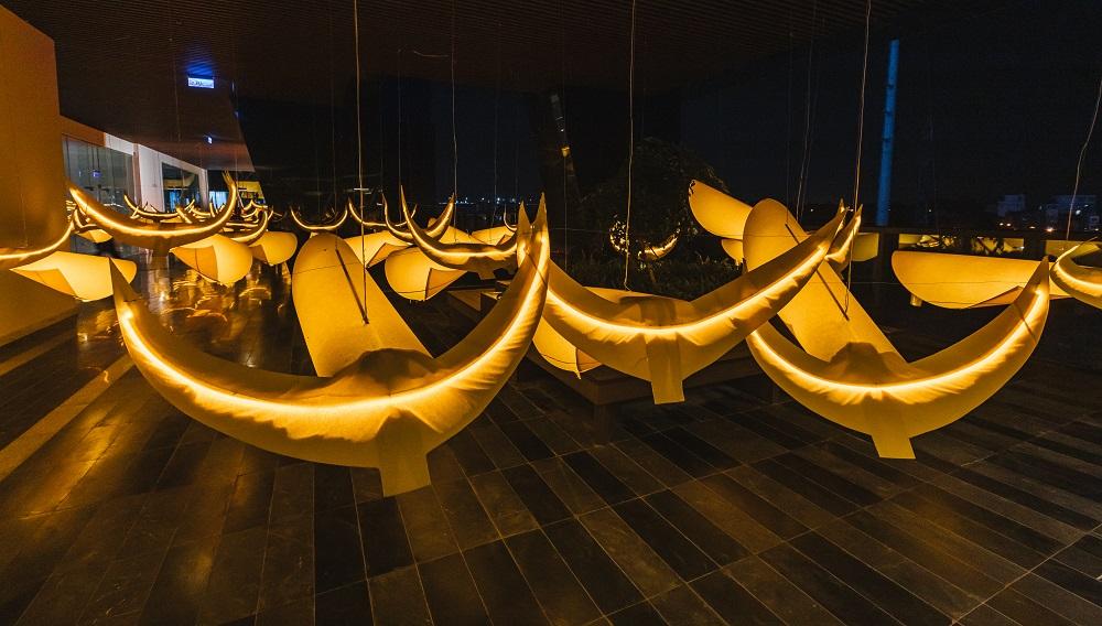 Biểu tượng trâu vàng trong không gian trưng bày nghệ thuật.