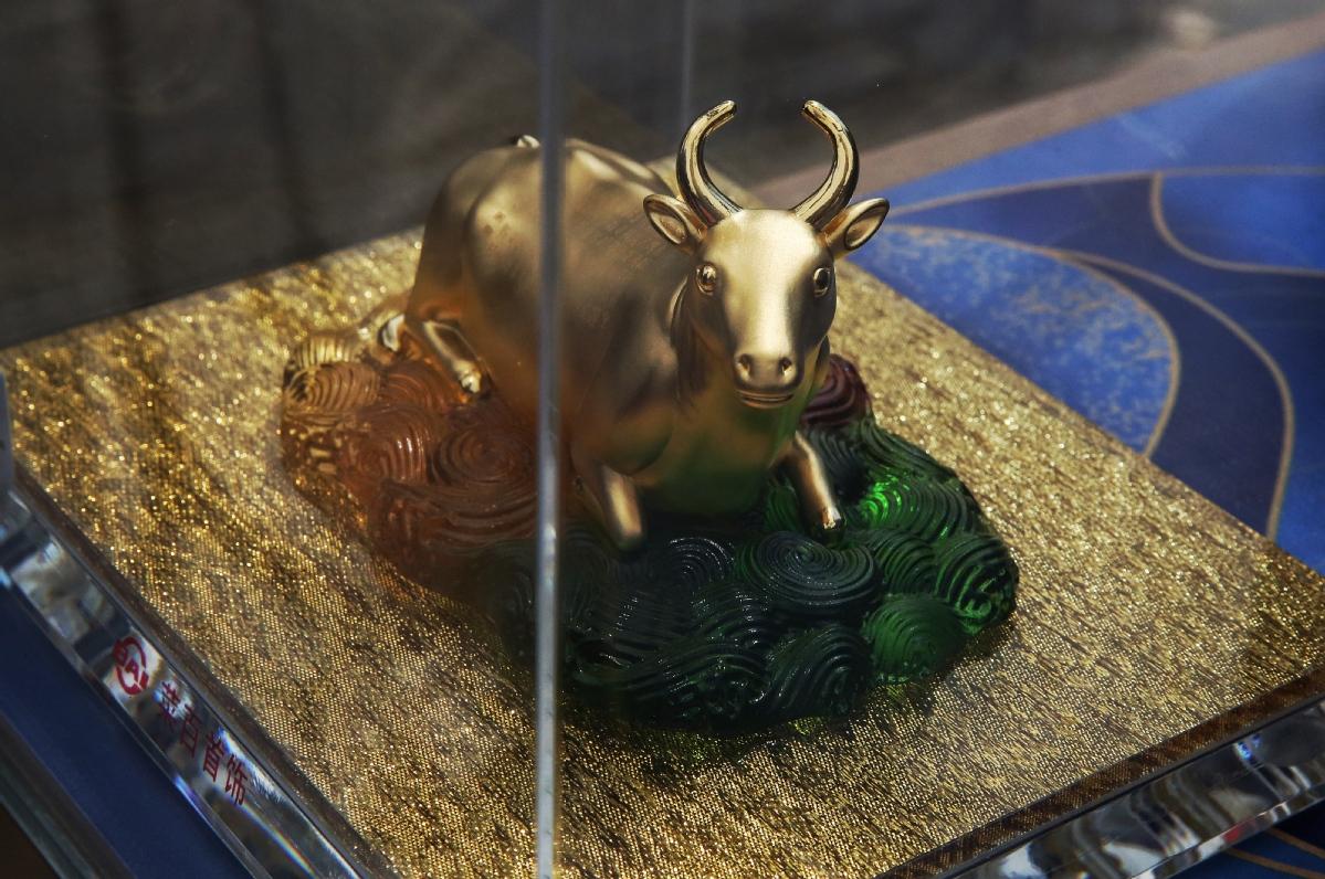 Một món trang sức vàng tạo hình trâu tại Trung Quốc. Ảnh: China Daily