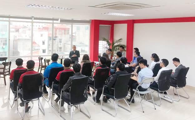 CEO Lê Trường Mạnh trong một buổi tọa đàm cùng các bạn nhân viên trẻ của công ty.