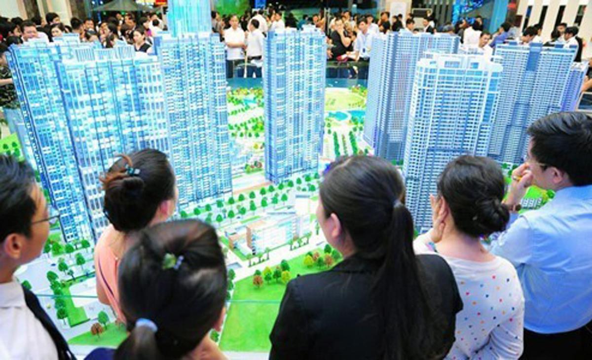 Môi giới bất động sản tư vấn cho khách xem một dự án tại TP HCM. Ảnh: Hải Khoa.