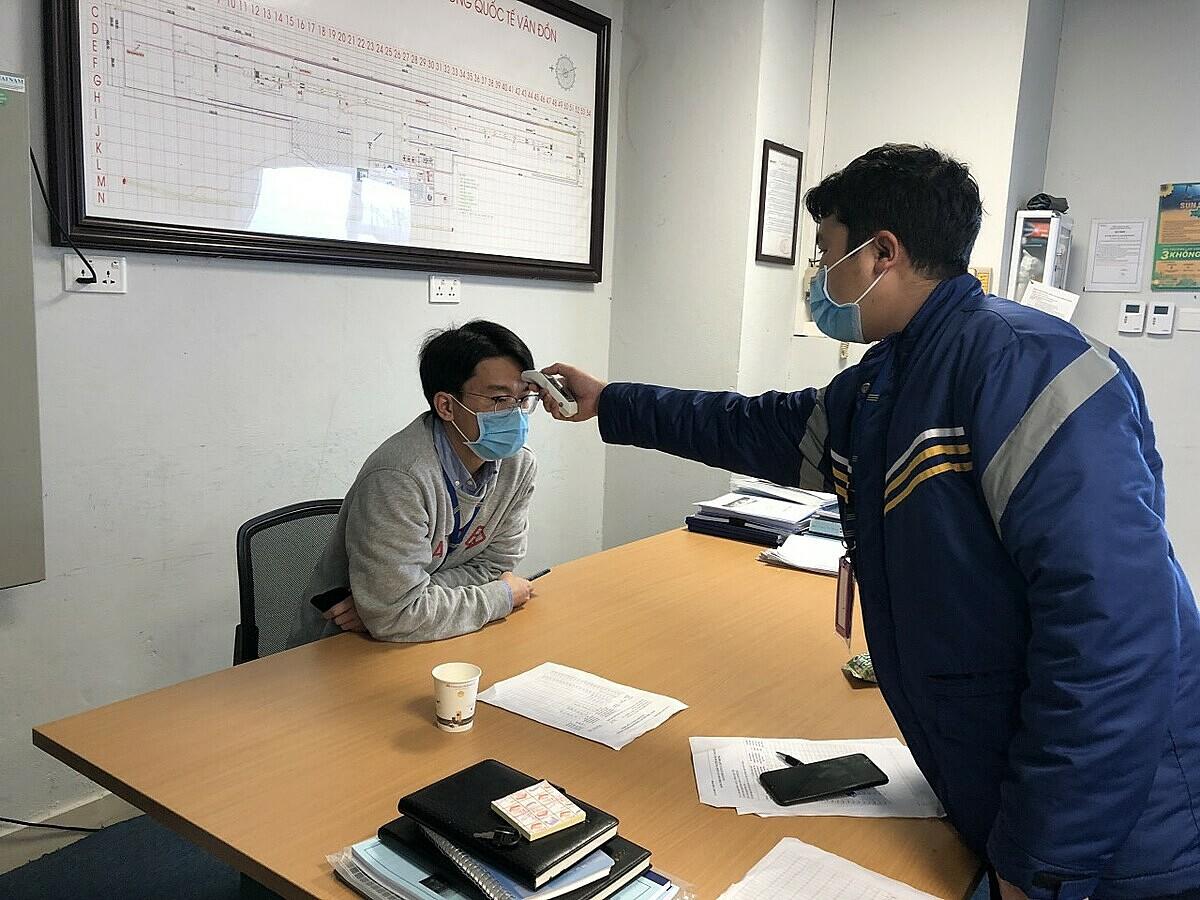 Cán bộ nhân viên đeo khẩu trang và được đo thân nhiệt hai lần một ngày.