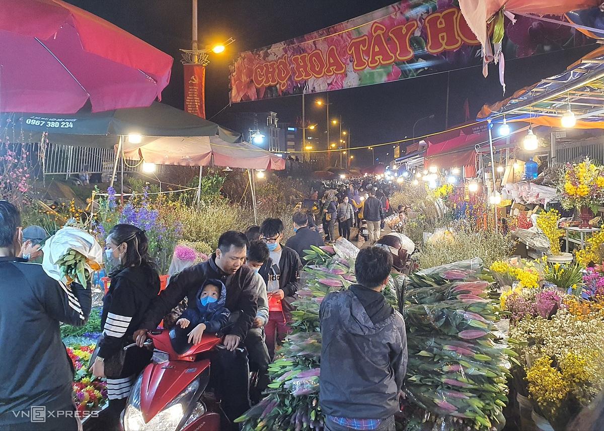 Người và xe chen chúc mua hoa gây tắc nghẽn trong chợ. Ảnh: Đức Minh.