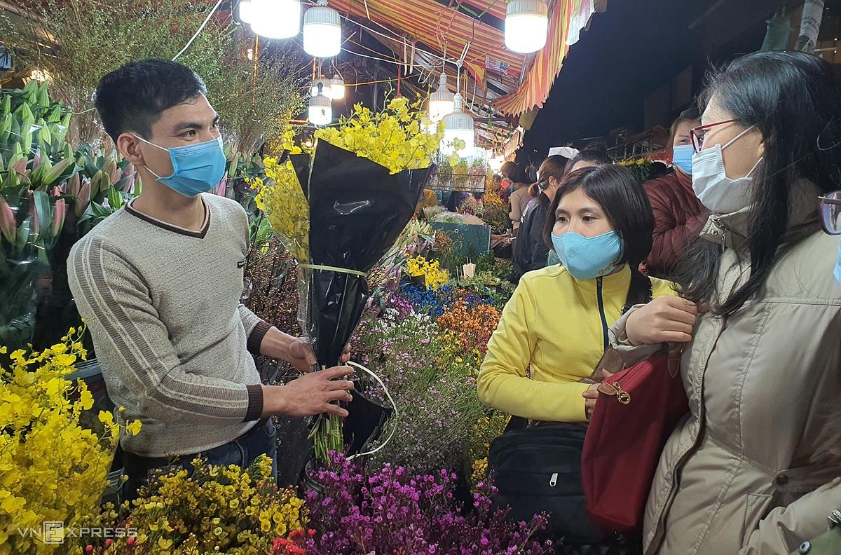Chợ hoa Quảng Bá đêm 29 Tết. Ảnh: Đức Minh.