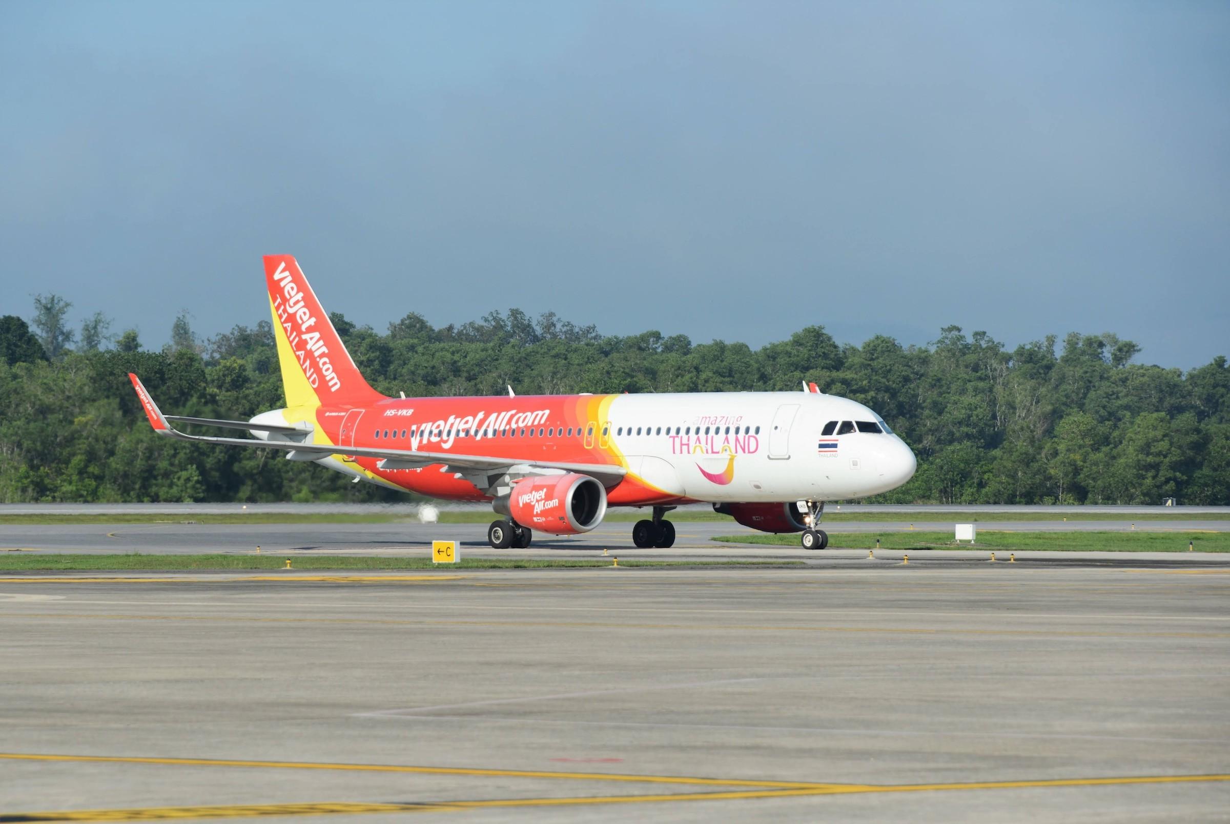Tàu bay Vietjet Thái Lan cùng biểu tượng Du lịch Thái Lan trên đường băng sân bay Suvarnabhumi, Bangkok. Ảnh: Vietjet Thái Lan.