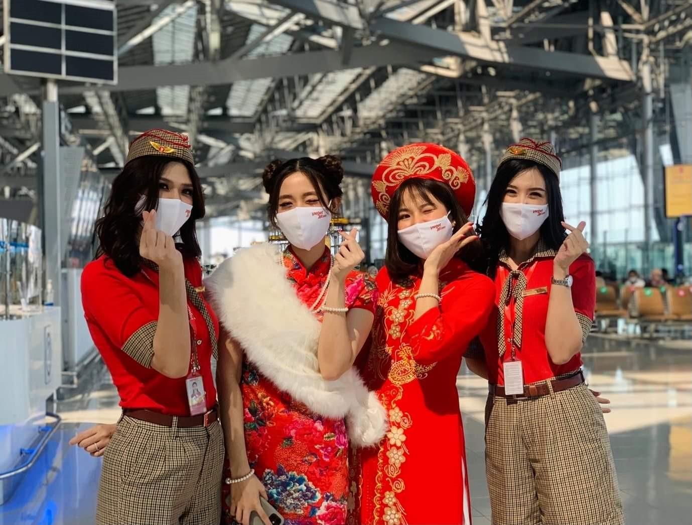 Các tiếp viên Vietjet Thái Lan tham gia hoạt động chào đón Tết Tân Sửu tại sân bay Suvarnabhumi, Bangkok. Ảnh: Vietjet Thái Lan.