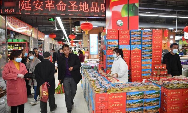 Người Trung Quốc đi sắm Tết tại một siêu thị ở Diên An, Thiểm Tây vào ngày 9/2 (28 Tết). Ảnh: Xinhua.
