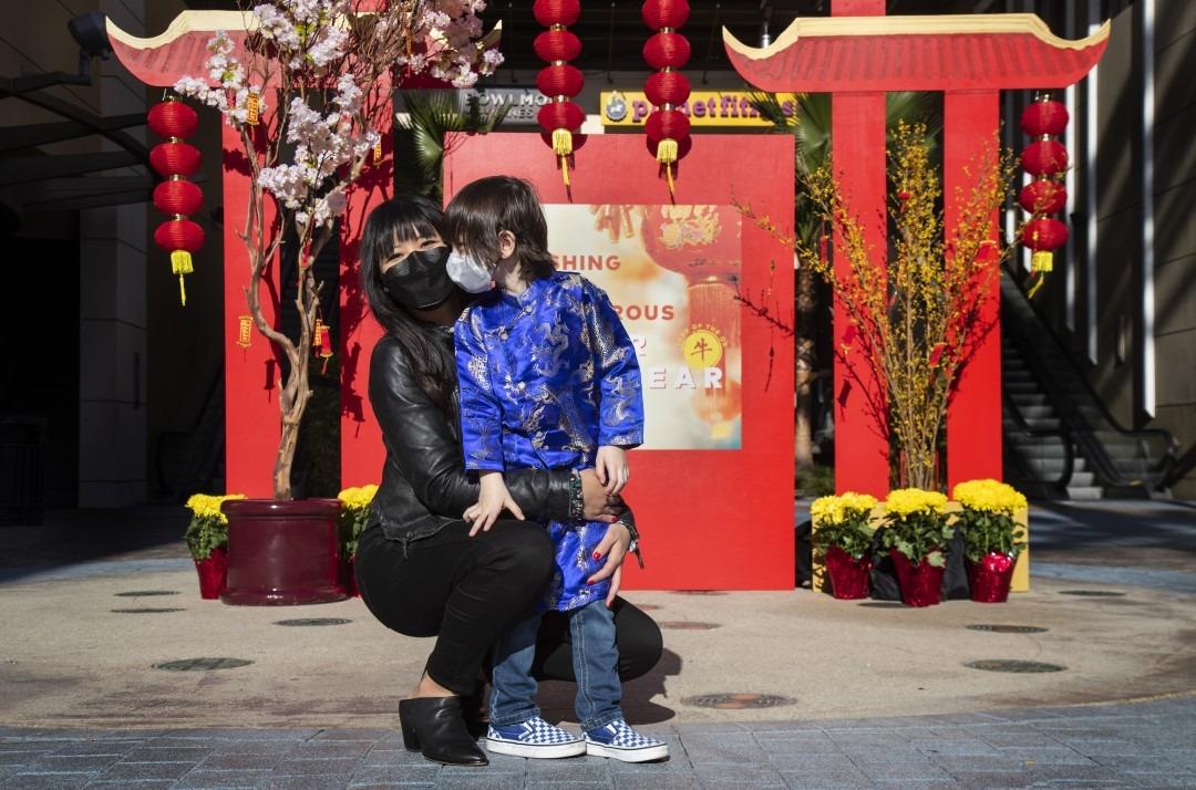 Kat Nguyen-De Angelis chụp hình với con trai Dominic, 4 tuổi, tại một ngôi chùa ở Union Market ,Tustin. Ảnh: Los Angeles Times.