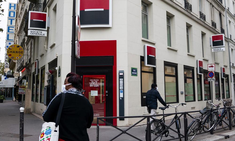 Khách hàng bên ngoài một nhà băng ở châu Âu. Ảnh: Bloomberg.