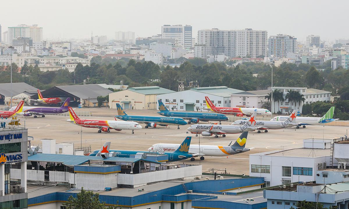 Máy bay của các hãng nằm chờ tại sân bay Tân Sơn Nhất trong tháng 4/2020. Ảnh: Quỳnh Trần