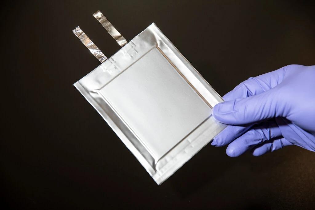 Một mảnh pin lithium rắn của QuantumScape. Ảnh: NYT.