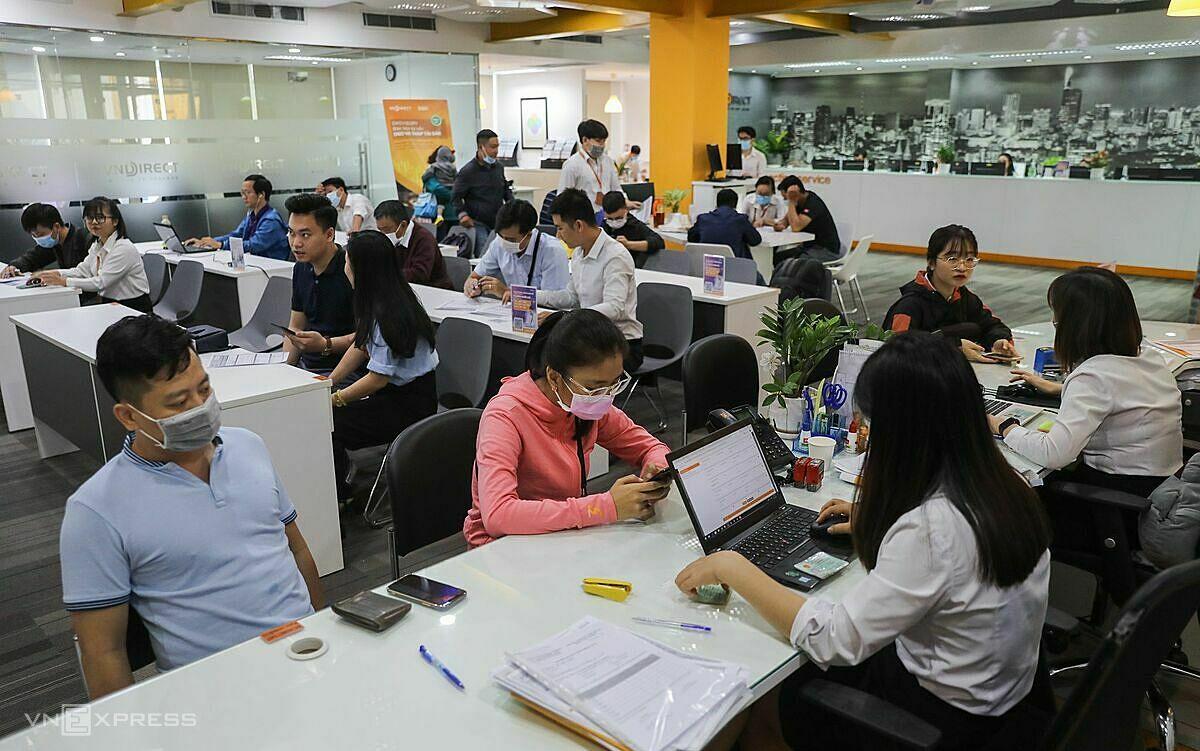 Người dân giao dịch chứng khoán tại một trụ sở trên đường Pasteur, quận 1, ngày 13/1/2020. Ảnh: Quỳnh Trần.