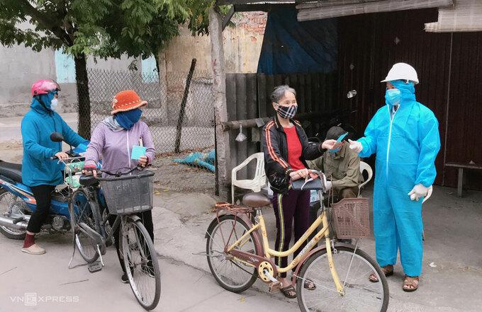 Người đi chợ ở Phả Lại hôm 17/2. Ảnh: Linh Bùi.