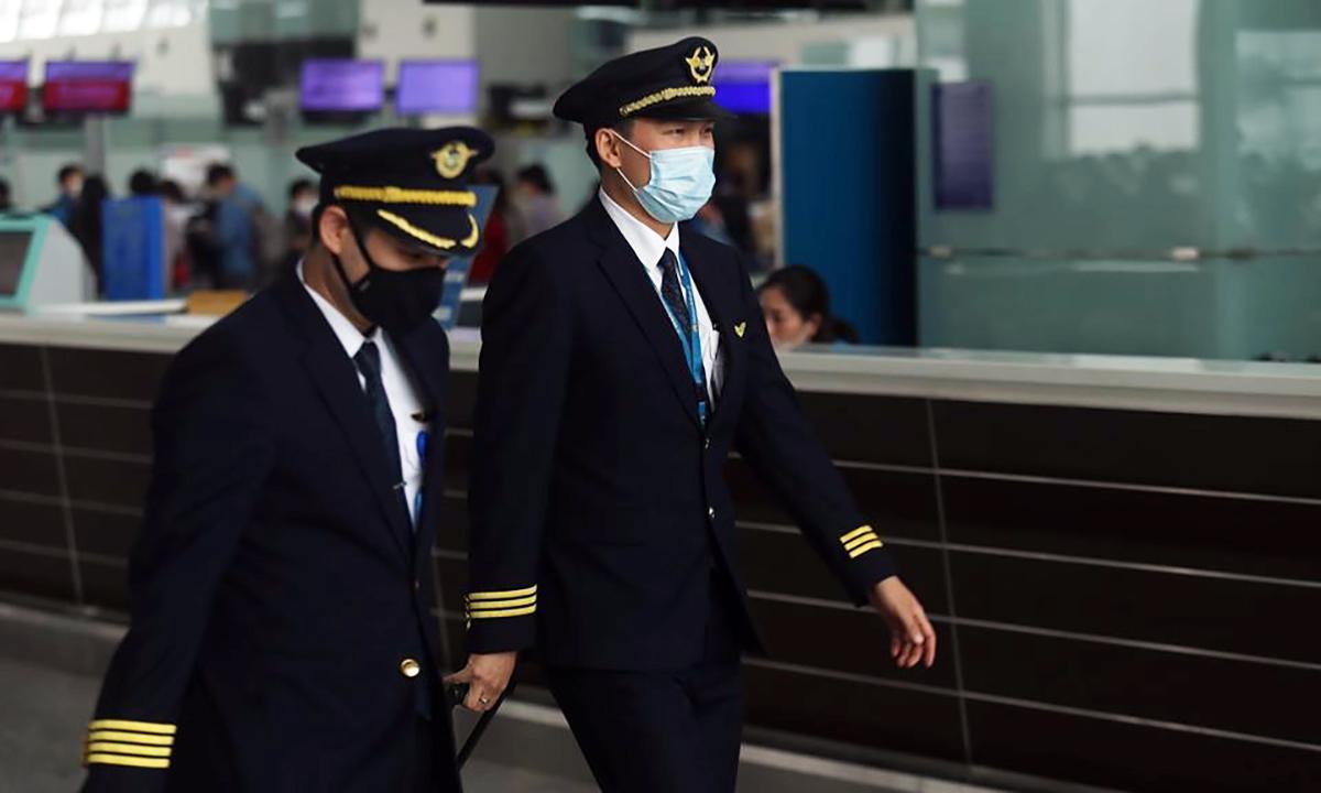 Phi công Vietnam Airlines tại sân bay Nội Bài. Ảnh:Gia Chính.