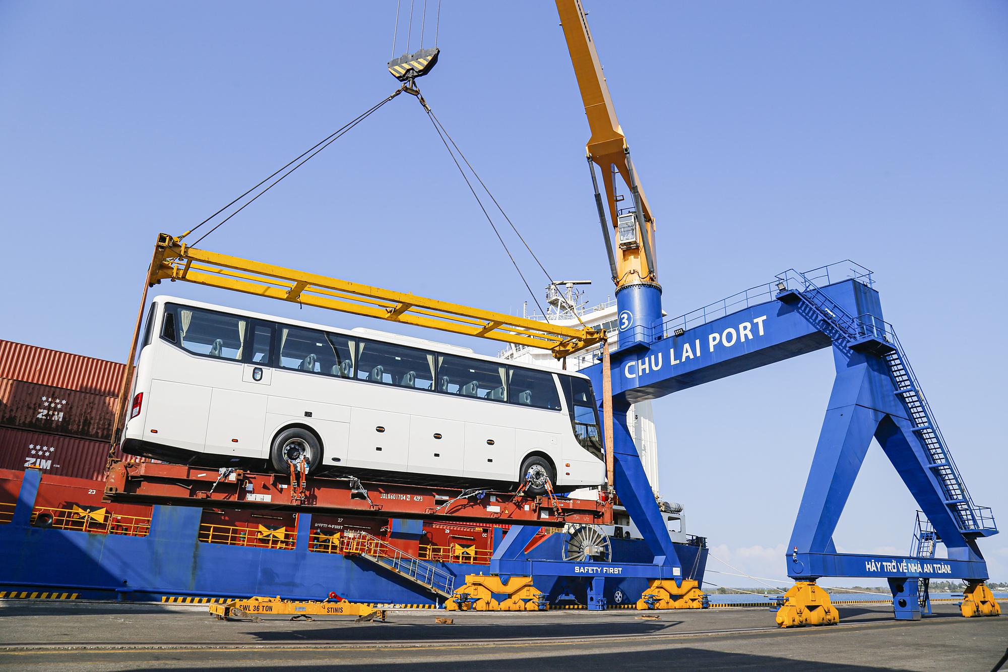 Xe buýt Thaco chuẩn bị xuất khẩu sang Thái Lan.