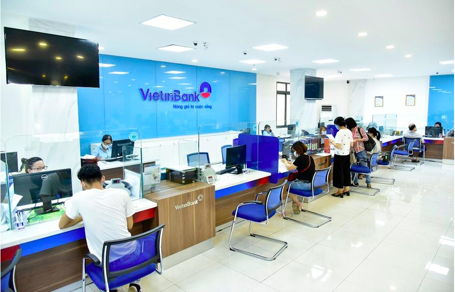 Khách hàng giao dịch tại văn phòng VietinBank. Ảnh: VietinBank.