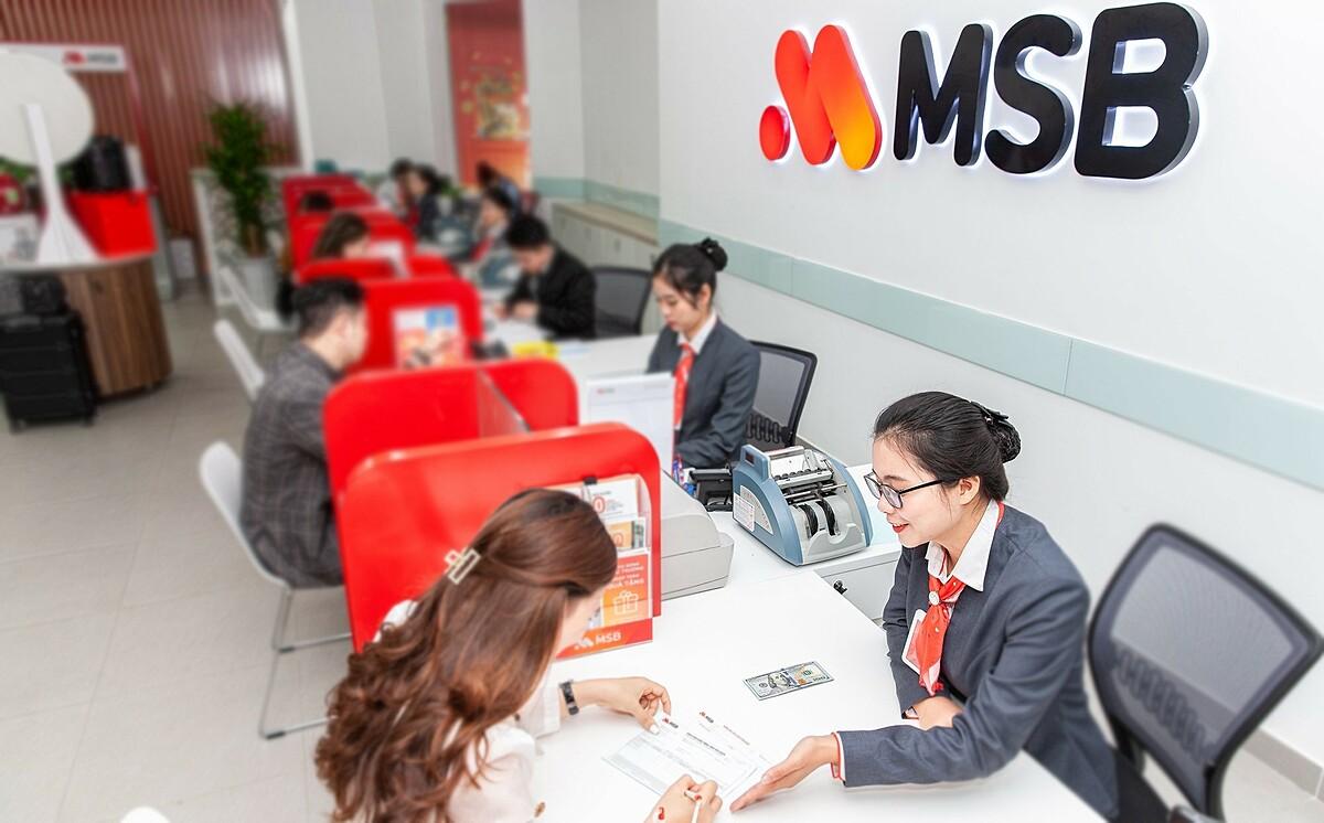 Nhân viên MSB hỗ trợ khách hàng tại văn phòng giao dịch. Ảnh: MSB.
