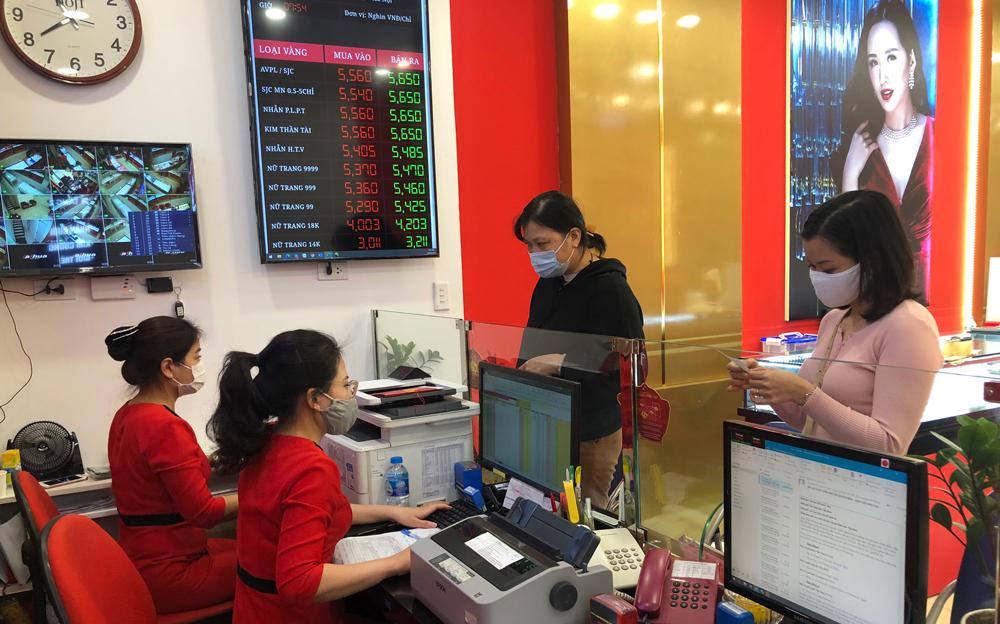 Khách đến mua vàng tại trung tâm kinh doanh vàng trên đường Phan Đình Phùng, Hà Nội từ đầu sáng. Ảnh: DOJI.