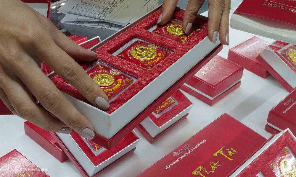 Người dân mua vàng cầu may tại một cửa hàng trên phố Trần Nhân Tông, Hà Nội. Ảnh: Ngọc Thành.