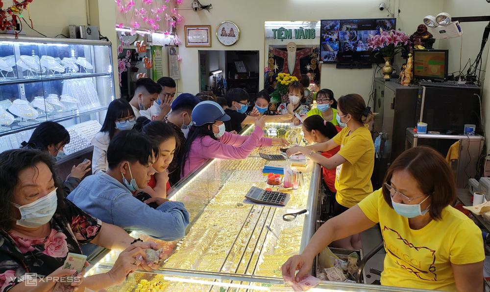 Tiệm vàng tại quận 4 chật kín khách vào 18h ngày Thần Tài. Ảnh: Phương Đông.
