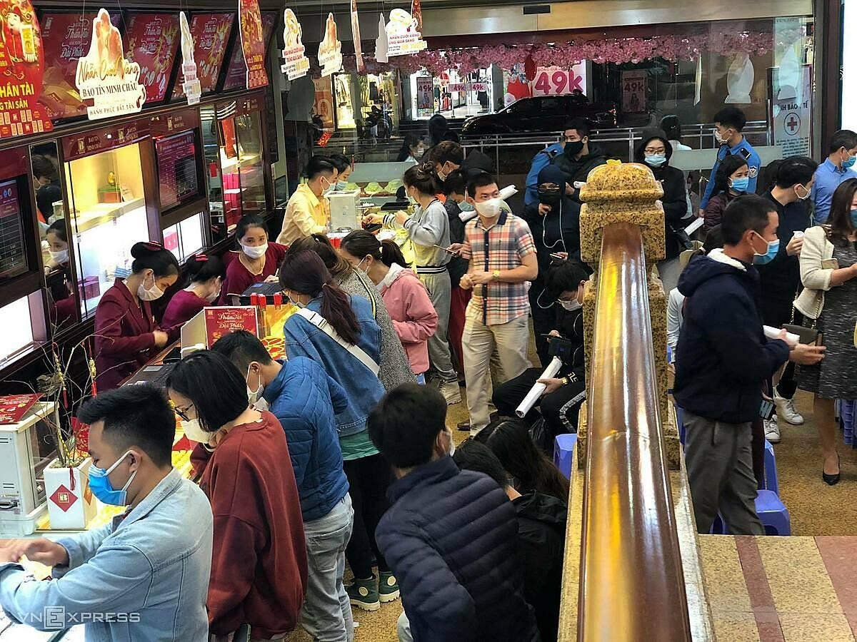 Bên trong một cửa hàng vàng lúc 21h30 vẫn đông khách tới mua vàng. Ảnh: Quỳnh Trang.