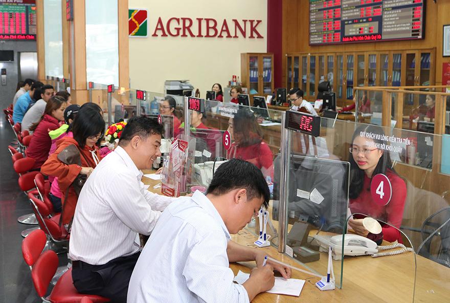 Nhân viên Agribnak hỗ trợ khách hàng tại quầy giao dịch. Ảnh: Agribnak.